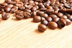 Kaffeebohnen auf einem Holztisch Lizenzfreies Stockbild