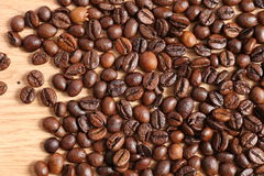 Kaffeebohnen auf einem Holztisch Stockbilder