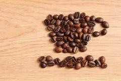 Kaffeebohnen auf einem Holztisch Lizenzfreies Stockfoto