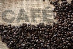 Kaffeebohnen auf einem Kaffeesack stockbild
