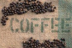 Kaffeebohnen auf einem Leinwand-Sack II Stockfoto