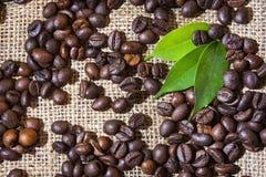 Kaffeebohnen auf einem Sack Lizenzfreies Stockfoto