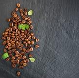 Kaffeebohnen auf einem schwarzen Hintergrund Lizenzfreies Stockfoto
