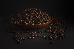 Kaffeebohnen auf einem schwarzen Hintergrund Stockfotos