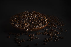 Kaffeebohnen auf einem schwarzen Hintergrund Lizenzfreies Stockbild