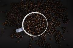 Kaffeebohnen auf einem schwarzen Hintergrund Stockfotografie