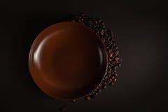 Kaffeebohnen auf einem schwarzen Hintergrund Stockfoto