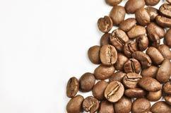 Kaffeebohnen auf einem weißen Hintergrund lizenzfreie stockfotos