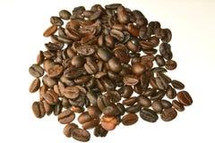Kaffeebohnen auf einem weißen Hintergrund Stockfotos