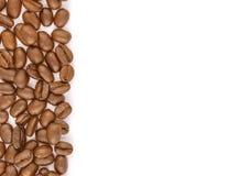 Kaffeebohnen auf einem weißen Hintergrund Lizenzfreie Stockbilder