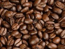 Kaffeebohnen auf einer Tabelle stockfotografie