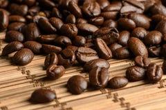 Kaffeebohnen auf einer Tabelle lizenzfreie stockfotos