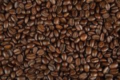 Kaffeebohnen auf einer Tabelle stockbild