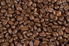 Kaffeebohnen auf einer Tabelle lizenzfreie stockbilder