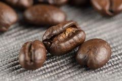 Kaffeebohnen auf einer Tabelle stockbilder