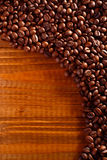 Kaffeebohnen auf einer Tabelle Stockfotos