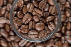 Kaffeebohnen auf einer Tabelle in einem Glas lizenzfreies stockbild