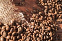 Kaffeebohnen auf einer Tabelle mit Leinwand Lizenzfreie Stockfotografie