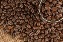 Kaffeebohnen auf einer Tabelle und einer Schale stockfoto