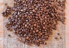 Kaffeebohnen auf Gewebematte stockbild
