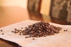 Kaffeebohnen auf Gewebematte lizenzfreies stockfoto