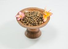Kaffeebohnen auf hölzernem Behälter der Weinlese Stockfoto