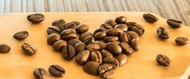 Kaffeebohnen auf hölzernem Brett stockfotos