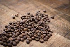 Kaffeebohnen auf hölzernem Hintergrund Stockbild