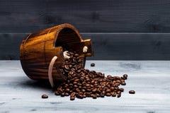 Kaffeebohnen auf hölzerner Tonne Stockbilder