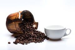 Kaffeebohnen auf hölzerner Tonne Stockbild