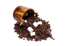 Kaffeebohnen auf hölzerner Tonne Lizenzfreies Stockfoto