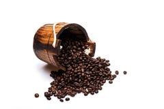Kaffeebohnen auf hölzerner Tonne Lizenzfreie Stockfotos