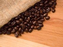 Kaffeebohnen auf Holz Stockbild