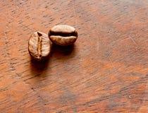 Kaffeebohnen auf Holz Lizenzfreies Stockbild