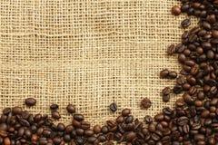 Kaffeebohnen auf juta Hintergrund Stockbild