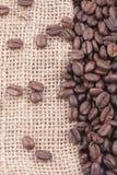 Kaffeebohnen auf Jutefaser Stockfotografie