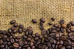 Kaffeebohnen auf Leinwand Stockfotos