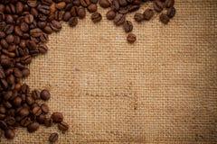 Kaffeebohnen auf Leinwandhintergrund Stockfotos