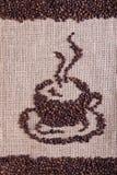 Kaffeebohnen auf Leinwandoberfläche Stockbilder