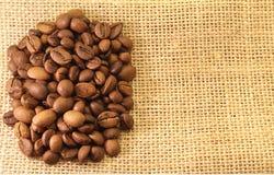 Kaffeebohnen auf Material Stockfotografie