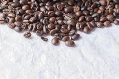 Kaffeebohnen auf Papier Stockfotografie
