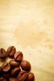 Kaffeebohnen auf Pergament Stockfoto