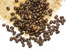 Kaffeebohnen auf Sack Stockfoto