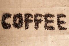 Kaffeebohnen auf Sack des groben Sackzeugs lizenzfreies stockbild