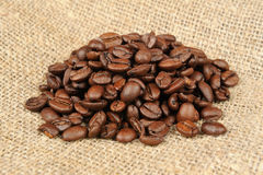 Kaffeebohnen auf Sackleinen Lizenzfreie Stockbilder