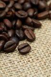 Kaffeebohnen auf Sackzeugtuch Stockbild