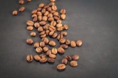 Kaffeebohnen auf schwarzem Hintergrund Stockbild