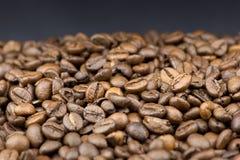 Kaffeebohnen auf schwarzem Hintergrund Lizenzfreie Stockfotos