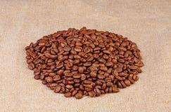 Kaffeebohnen auf Segeltuch Stockfoto