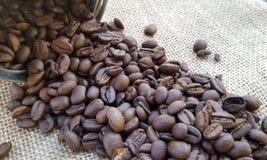 Kaffeebohnen auf Segeltuch-Hintergrund Lizenzfreies Stockfoto